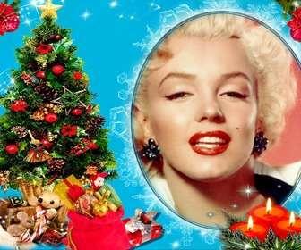 Sua foto em uma moldura circular, ao lado de uma árvore de Natal cheia de presentes, e atrás de três velas desenhadas. fundo azul com efeitos brilhantes.