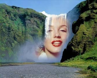 Fotomontagem com uma cachoeira no meio de uma montanha verde para colocar uma imagem online gratuitamente.