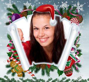 Fotomontagem de Natal com pergaminho e outros itens de Natal.