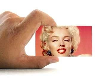 Fotomontagem para colocar sua foto em um cartão de visita realizada por uma mão com fundo branco.
