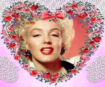 Moldura feita com rosas, coração e fundo em forma de rosa.