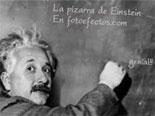 efeito da foto Blackboard em que Einstein cientista que escreve em um quadro-negro o texto de sua escolha.