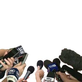 Photomontagem de microfones de entrevista em televisão com sua foto