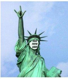 Fotomontagem em que você terá de enfrentar esta estátua peculiar de liberdade tocha vez, levanta a mão fazendo chifres como qualquer roqueiro bom.