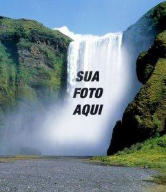 Fotomontagem com uma cachoeira no meio de uma montanha verde para colocar uma imagem online gratuitamente