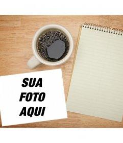 Adicione sua foto em uma tabela com um caderno e uma xícara de Fotomontagem