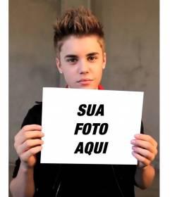 Fotomontagem com Justin Bieber com o cabelo curto segurando sua foto