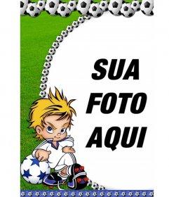 Moldura de bolas de futebol para a sua fotografia. Uma criança aparece com a atitude jogador arrogante, ao fundo grama verde