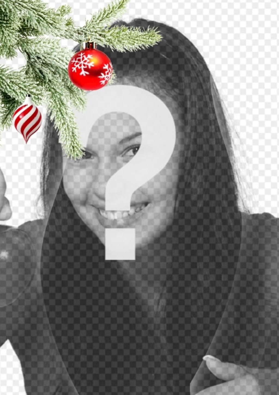 Cartão postal / Natal moldura onde você coloca uma imagem. Efeito de curvas melhoradas no fundo preto. Em primeiro plano, vemos um ramo da árvore de Natal pendurado com duas bolas, um na forma de sorvete ou tornado, é espirais brancos e vermelhos, é esférica e termina num ponto. O outro é vermelho sangue com flocos de neve pintados. Estrutura leve